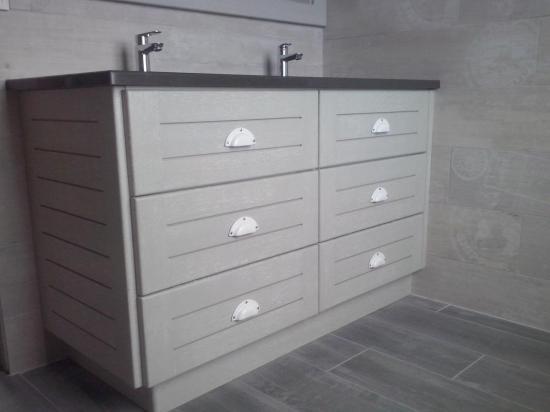 meuble gris et blanc