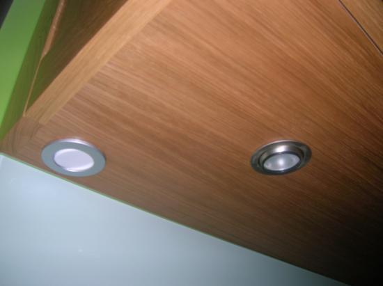 spot intégré dans le meuble du haut